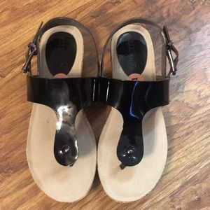 New Ellen Tracy Patent Leather Thong Sandals